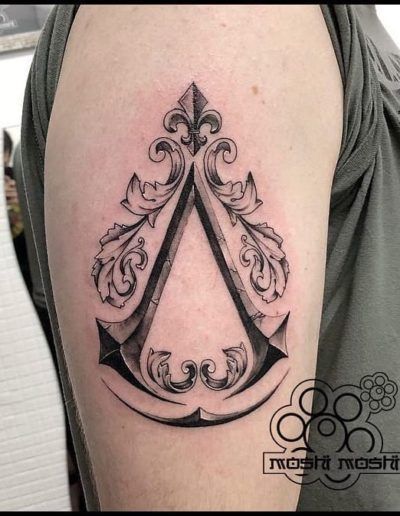 tatuaje assassins creed brazo pamplona