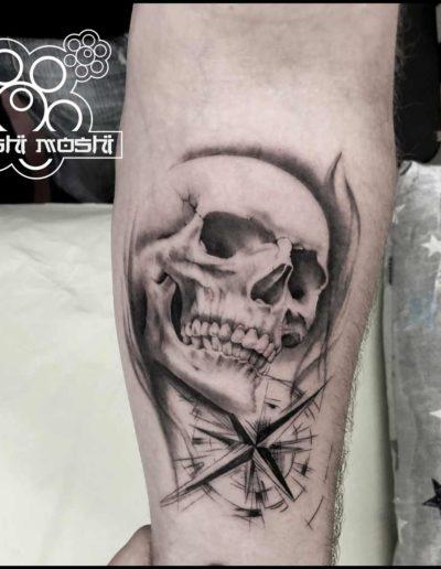 tatuaje calavera con rosa de los vientos antebrazo pamplona