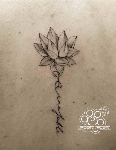 tatuaje flor espalda pamplona