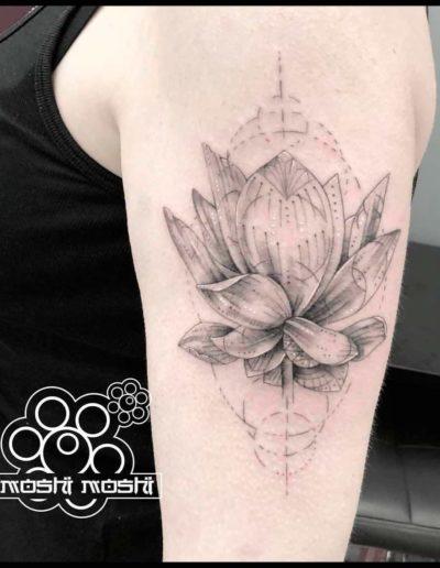 tatuaje flor loto brazo pamplona