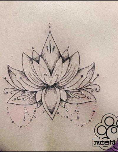 tatuaje flor loto espalda pamplona