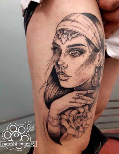 tatuaje gitana pierna pamplona