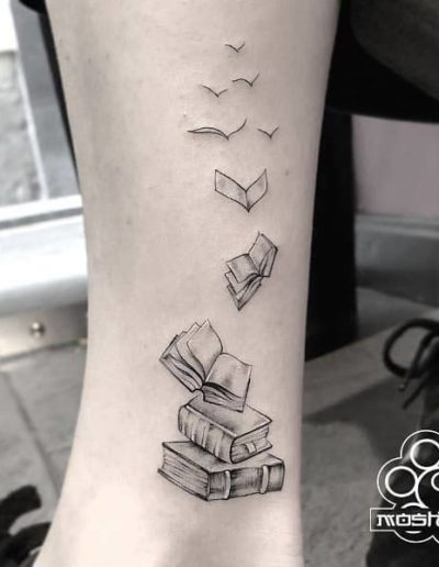 tatuaje libros pierna pamplona