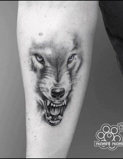 tatuaje lobo brazo pamplona