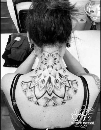 tatuaje mandala hombros pamplona