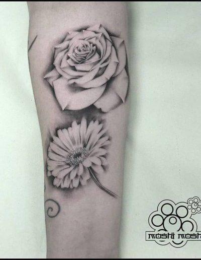 tatuaje margarita y rosa brazo pamplona
