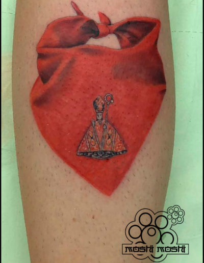 tatuaje pañuelo pierna pamplona