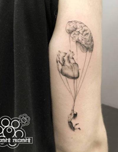 tatuaje paracaidas brazo pamplona