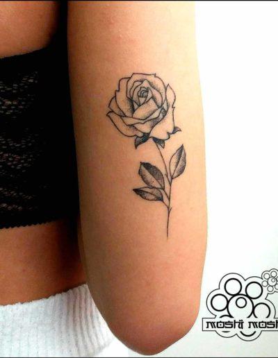 tatuaje rosa brazo pamplona