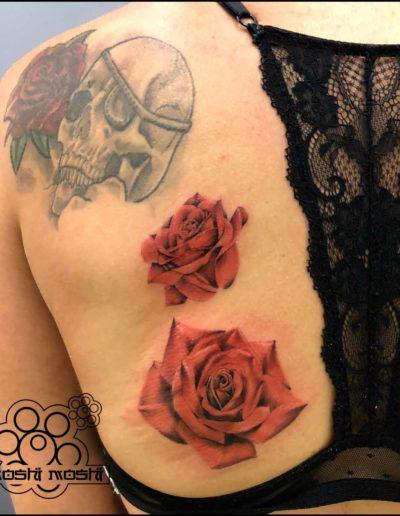 tatuaje rosas espalda pamplona