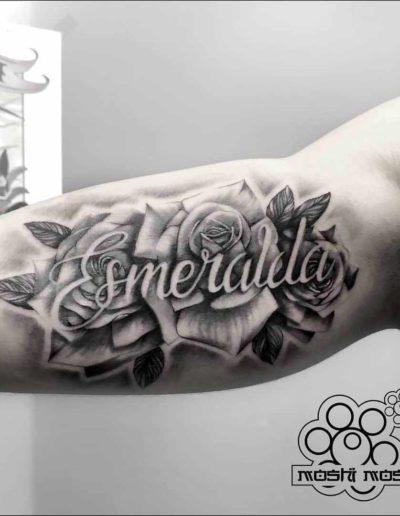 tatuaje rosas nombre brazo pamplona