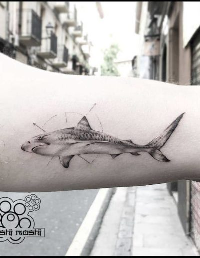 tatuaje tiburon brazo pamplona
