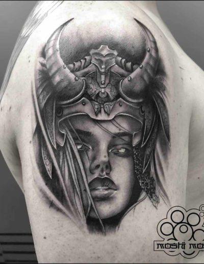 tatuaje vikinga hombro pamplona